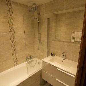 Renovated chalet bathroom - Rent this apartment in St Martin de Belleville