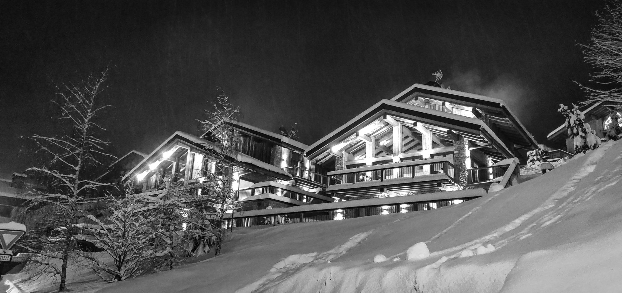 Chalet des Coeurs on a snowy evening