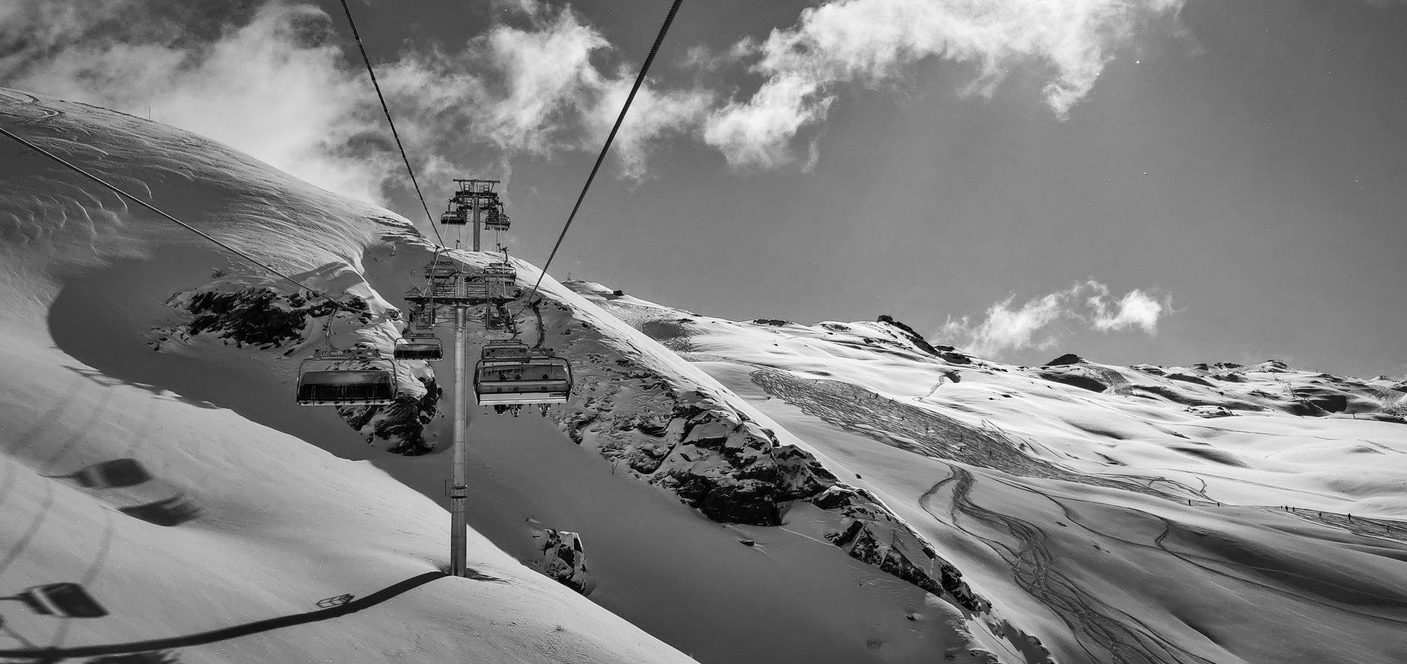 Powder skiing in March in Saint Martin, 3 Valleys