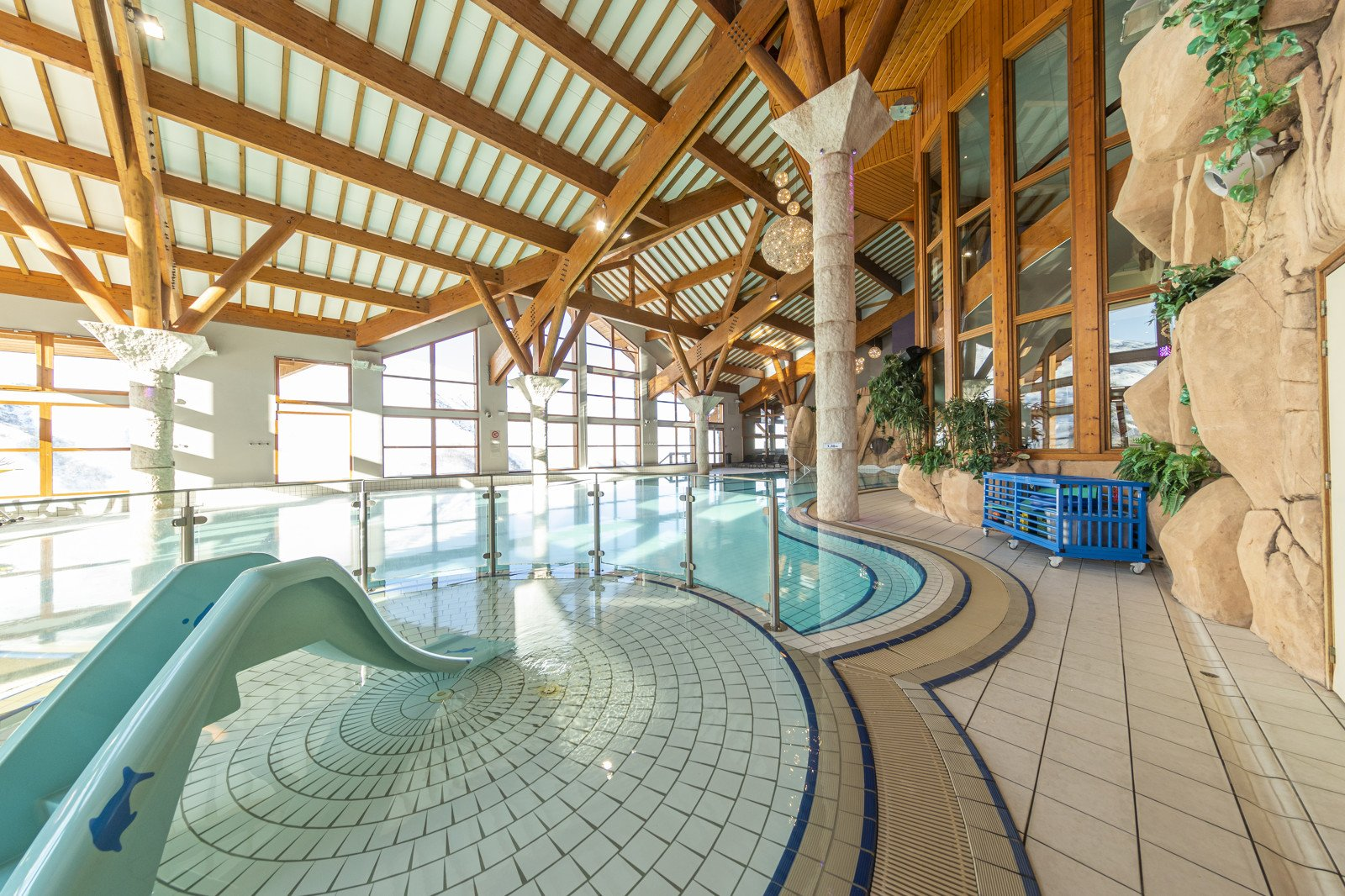 Centre sportif offering a swimming pool for kids and sauna, hammam, jacuzzis and gym for adults.